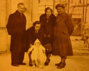 Πόρος 24 Ιανουαρίου 1945 (λίγους μήνες μετά την απελευθέρωση) - από αριστερά προς τα δεξιά: ο παππούς μου Σπύρος Στ. Βελιώτης, η γιαγιά μου Ελένη Βελιώτη, ο πατέρας μου Σταμάτιος Βελιώτης σε ηλικία 2 ετών, η Ευγενία Στ. Βελιώτη και ο Ιωάννης Δαρλάκος